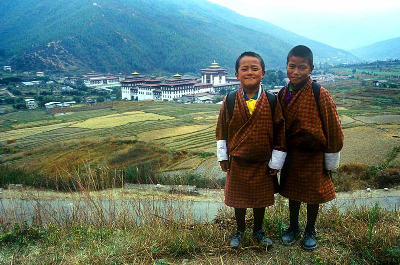 Bhutan-schoolboys-royal-palace-babasteve